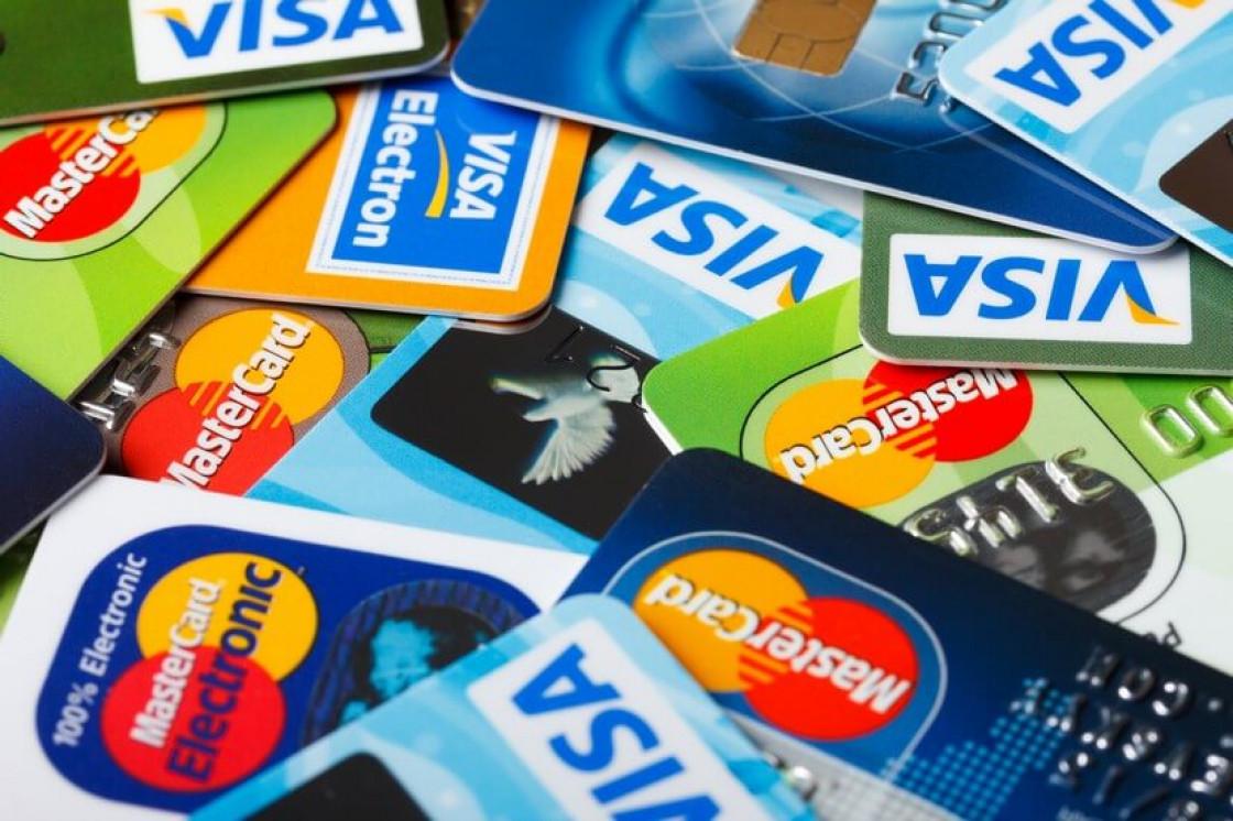 Банки увидели угрозу кредитным картам из-за штрафов за навязанные услуги Они предупреждают о возможном отказе от этого продукта в пользу кредитов наличными